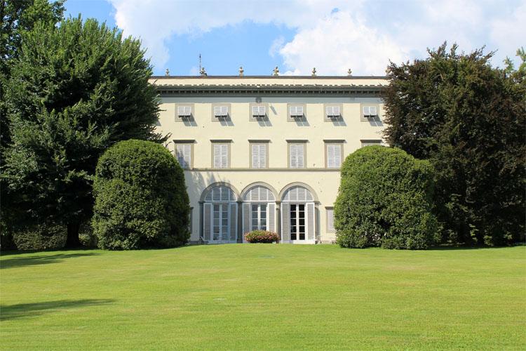 Villakert tervezés - karakteres épület és szép kert
