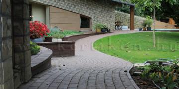 Kerti sétány ível a kertbelsőben